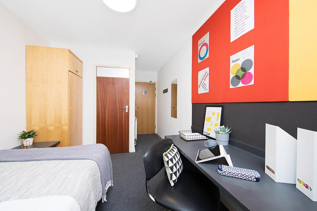 Cross Court House en-suite bedroom