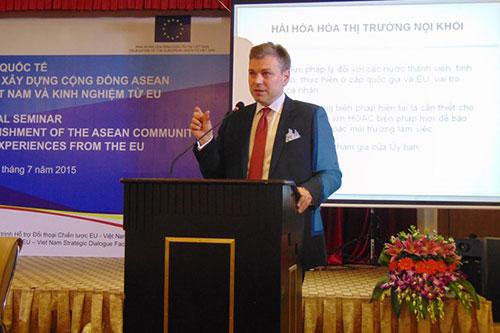 City legal academic speaks about harmonization at EU-Vietnam seminar in Da Nang.